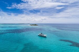 Translation for the yachting sector: image of a beautiful yacht in a stunning sea